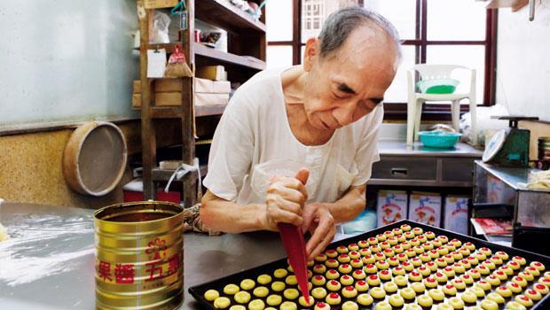 「新裕珍餅鋪」創立於一九五九年,創始的柯老先生八十多歲了,目前三代還同時上陣,以手工製作的一枚枚小西點,是目前店內走紅的招牌「牛粒」