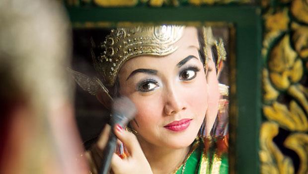 印尼爪哇島日惹城上,經典的爪哇舞蹈「羅摩衍那」表演前舞者上妝