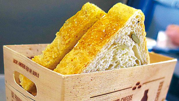 近期印象深刻的食品包裝,則是荷蘭航空的歐洲內陸短程班機上的起司三明治,一反過去常見的平淡無奇塑膠盒、紙盒、塑膠袋或紙袋,宛若農場木箱樣貌的紙製小餐籃,形式簡單但優美的圖案文字寫明用的是荷蘭在地產製的G