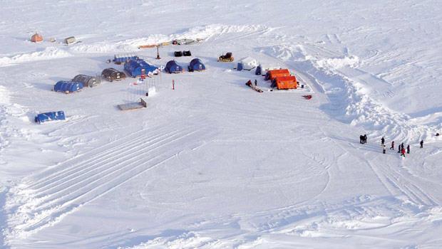北極(Arctic) 源自希臘文「熊」,意指北方熊群聚集之地,如今是列強交鋒的戰場。其中,象徵戰鬥民族的俄國,不畏冰雪覆蓋,也建立據點。