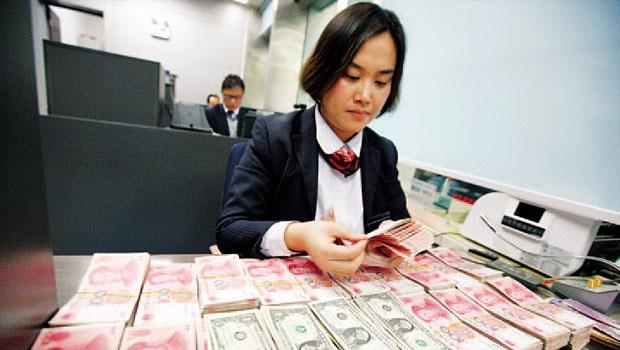 專家認為人民幣有急貶的特質,屬高波動、風險卻被低估的貨幣,建議第4 季持有美元等先進國家貨幣相對穩定。