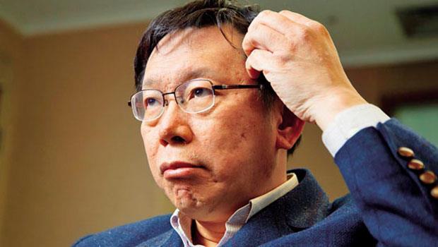 台北市長柯文哲可說是被社群力量拱起勝選,但波卡事件爆發後鄉民的反彈聲量,讓他悶著頭燒。