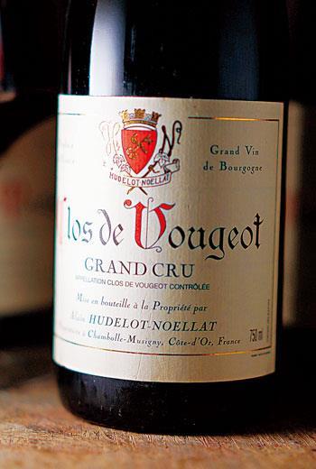 Vougeot村內主產紅酒,酒風較隔鄰的酒村還要堅實堅硬一些,雖頗耐久,但較少精緻與豐厚格局。
