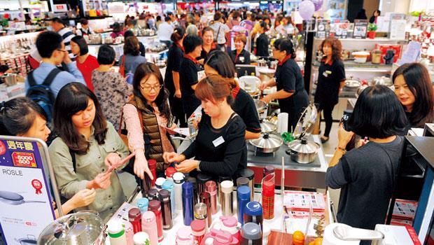 化妝品牌業績可達全年營收的4成,服飾與珠寶品牌約3成