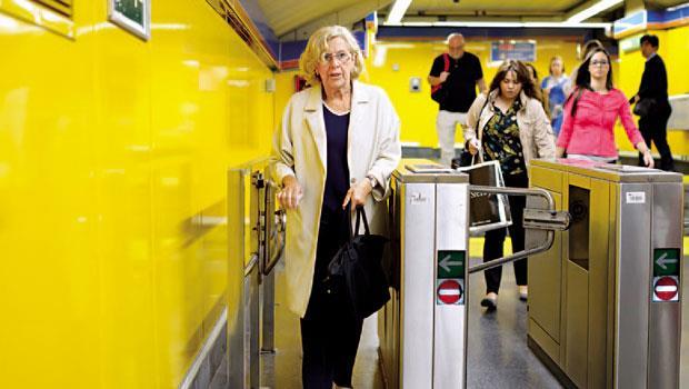 卡梅娜不愛官僚作風,偏好平民路線,身為市長,每天仍搭地鐵上下班。