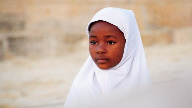 坦尚尼亞的尚西巴(Zanzibar)島,圍著白色圍巾的女孩