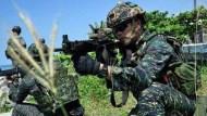一應俱無的「國軍裝備」》台灣男子漢們的共同回憶:國軍步槍用膠帶纏、步鞋跑幾天開口笑