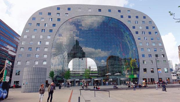鹿特丹新市集內部天花板的巨大食材彩繪,由藝術家著手繪製