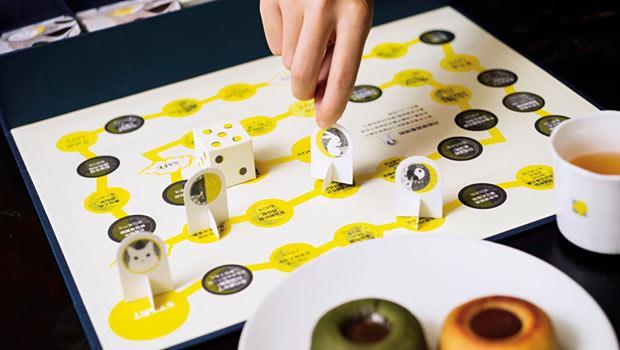 「遊月寶盒」月餅,將外盒封套的零件裁下黏合,做出紙骰子、紙兔子、紙小貓等遊棋,再搭配內盒如大富翁的桌遊地圖。