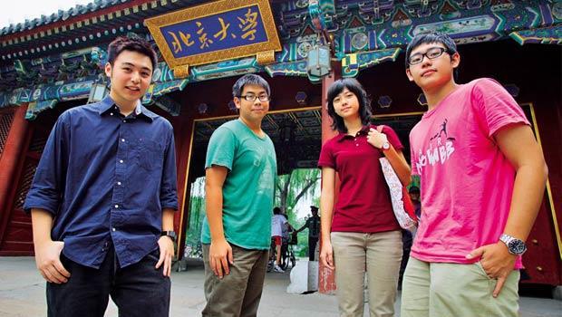 首批以學測成績上北大的台生中,陶欣亞(右1)、杜亞倫(左1)皆留在北京工作,其他兩位均已回台。