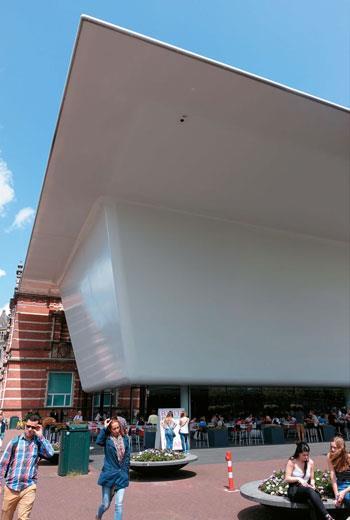 阿姆斯特丹市立美術館因為光滑潔白的外表,因此也被稱作是「大浴缸」