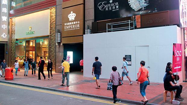 銅鑼灣羅素街曾是全球店租最貴的地方,如今少了陸客,連鎖鐘表品牌也被迫搬遷,改到二級商圈拓點。