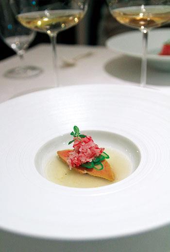Passage 53的一餐裡,最讓我印象深刻的一道菜,是一方鴨肝搭配精細烹煮的櫻桃蘿蔔和四季豆、沉浸於清澈的蛤蜊湯裡。鴨肝柔滑若脂,蔬菜的清甜、蛤蜊的海味,讓整道菜呈現出交融一致卻又各見滋味的鮮美。流