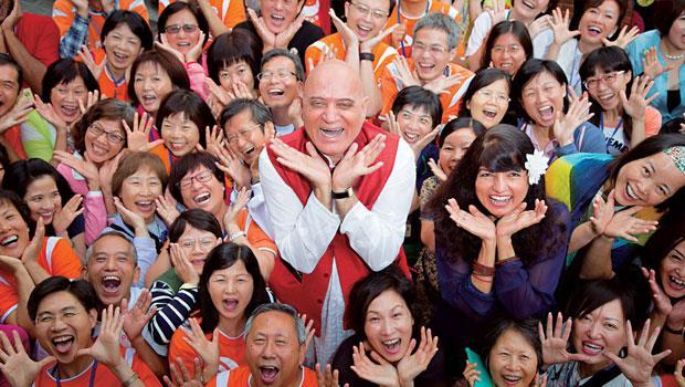 卡塔利亞( 中) 在台灣的練習活動課程中,加入獅吼動作和追逐遊戲元素,強調「笑不需要理由」