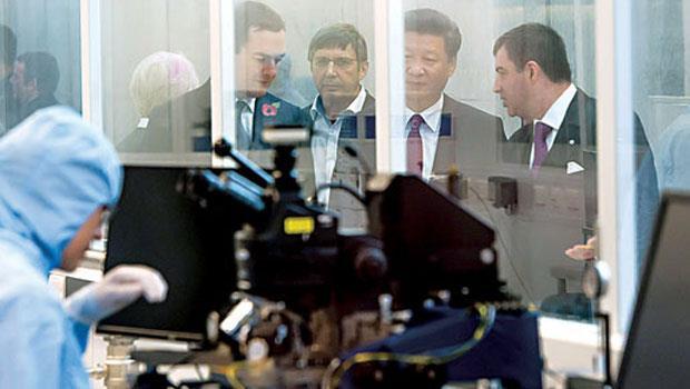 習近平(右2)在英國財政大臣奧斯朋(左1)陪同下,參觀曼大石墨烯研究院。