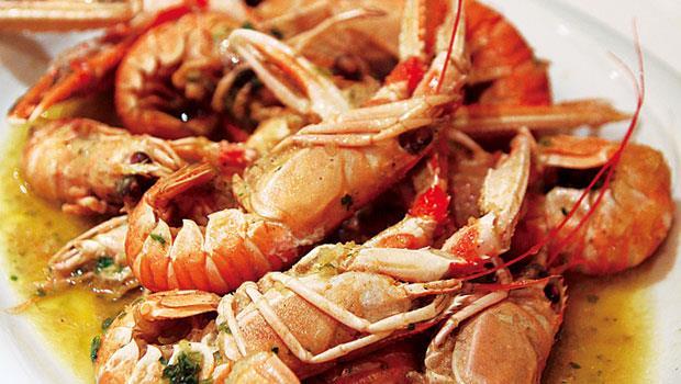 各種海鮮做法中,雖說炭烤素來最富人氣,但最得我心的當屬「Buzara」。簡單到光就是把新鮮甲殼類如貽貝、長臂蝦或綜合海鮮以蒜頭、白酒煮一下便上桌,有的則會加入番茄同烹。但我獨愛清煮版,清淡淨爽,益發鮮