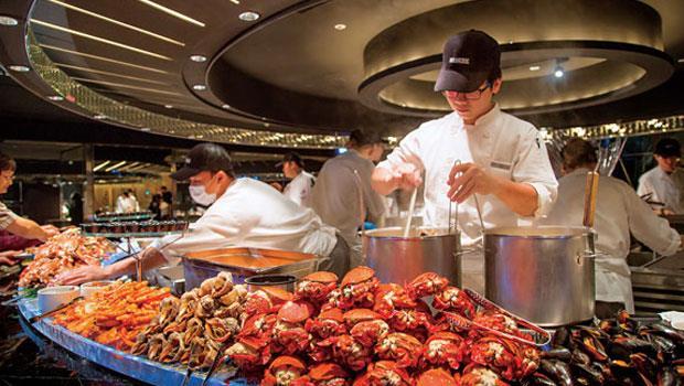 不只拚食材、拚服務,晶華栢麗廳更請來日本空間大師橋本夕紀夫操刀設計,提升自助餐廳的時尚氛圍。