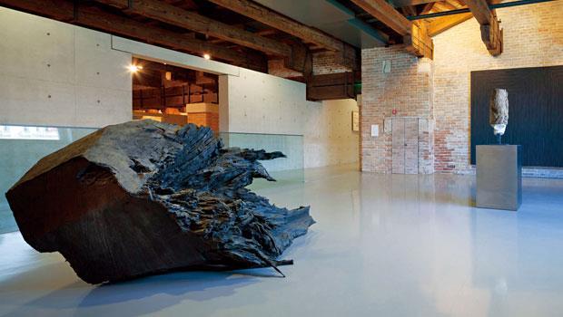 安藤忠雄設計修復的展館空間,保留原本海關大樓漬鹽的磚牆,並用上招牌的清水模,形成新舊融合的廣闊空間。