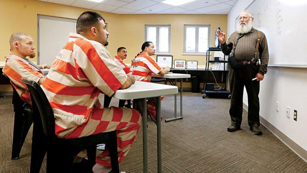 重刑犯得通過筆試與面試才能參與巴德監獄計畫,全國有300名囚犯學生。