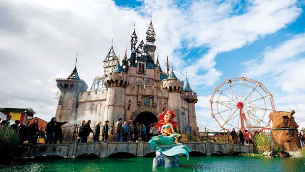 迪士魔樂園就像一場反諷社會現實的藝術實境秀,反吸引人潮看熱鬧。