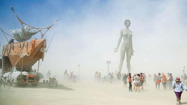 遼闊沙漠提供一個絕佳的展示舞台,今年很受歡迎的裸女作品,高達10多層樓。