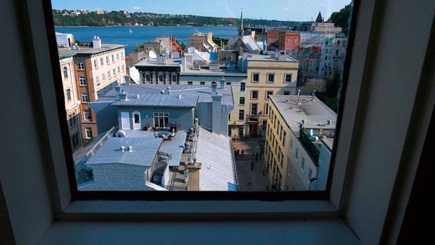 旅店最高層房間可飽覽魁北克舊港口風光。