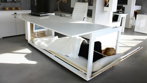 「辦公室神物」誕生!辦公桌合體小床,讓上班族午覺可以躺著睡
