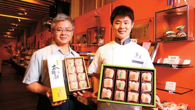 陳坤宏(左)、陳睿智(右)父子把家傳五代太陽餅推向國際,甚至計畫在中國開設實體店面。