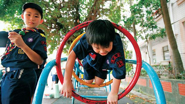 公園裡的遊樂設施為了防鏽,常塗紅丹漆,卻可能是孩童鉛中毒禍首。