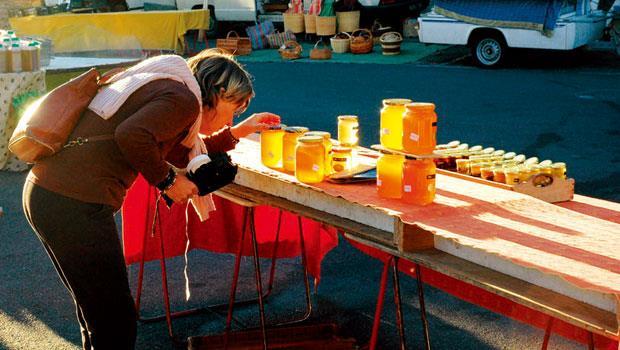 普羅旺斯市集內的蜂蜜攤位