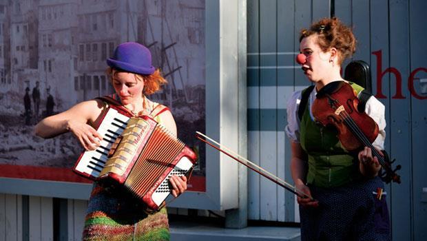 羅馬人(Römer)之丘廣場上表演音樂的小丑