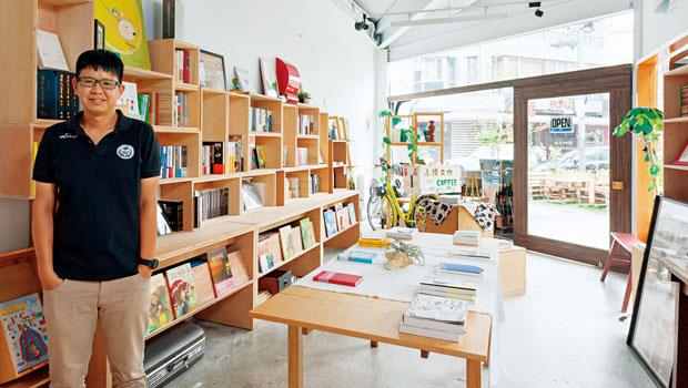 從開始標榜「只賣一百本書」,現在的新手書店平均有300到500本書在書店流動。