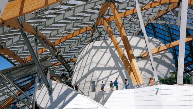 路易威登藝術基金會是Frank Gehry的手筆,鑲嵌在鋼條上的弧面玻璃,承襲了19世紀中期流行於巴黎的建築風。