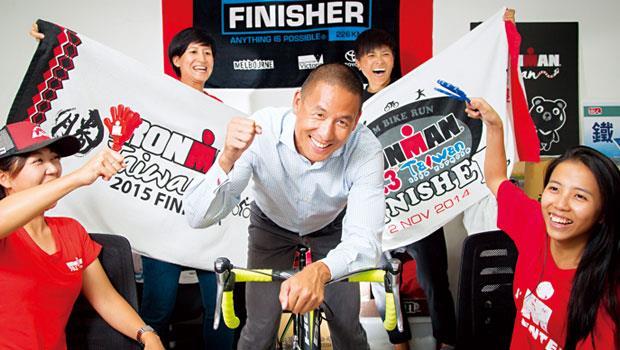 台灣鐵人三項公司董事長林澤浩(中)認為,能隨實力不斷更新設備的樂趣,以及和意志力搏鬥而來的成就感,正是台灣瘋鐵人的原因。