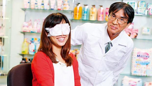 井桓通人(右)做出難以模仿的眼罩,1 年創7 億營收。