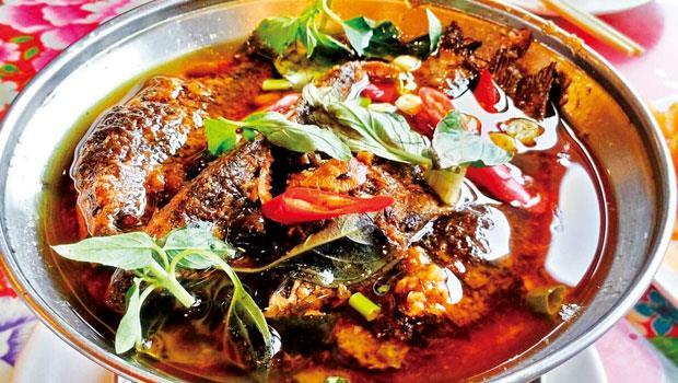 山水緣庭園景觀餐廳的招牌菜塔香豆醬燜鯽魚