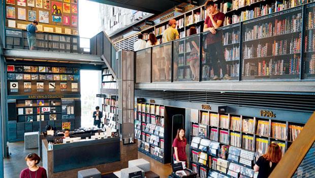 現代音樂圖書館位於首爾高級地段漢南洞,蒐藏1 萬張黑膠唱片,和創刊以來的每一期《滾石》雜誌,另設有小舞台、錄音室,僅現代信用卡卡友和隨行友人可入內。