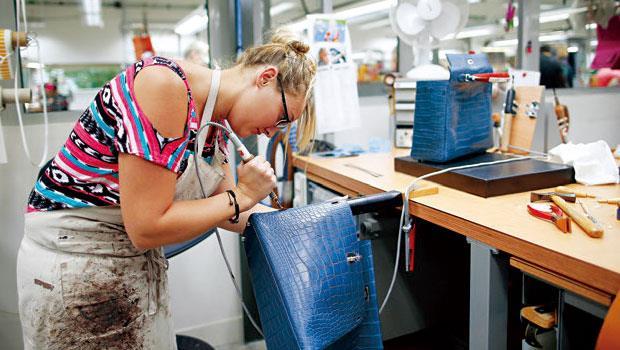 堅守品質天命 愛馬仕堅持不擴大生產線,一個手工訂製的凱莉包即使要等上數月,排隊名單也從未縮短。
