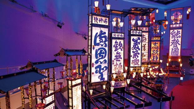 輪島切子燈籠會館展示許多輪島大祭出場的切子燈籠,其中一座高15公尺、重2.5噸、上頭寫著「能登國」的巨型燈轎,約150人才能扛起。
