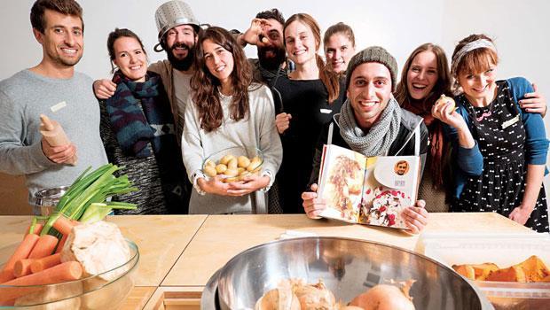 一間廚房可以做什麼?在柏林的難民廚房中,共同創辦人庫爾奈(後排左3)細數難民開的烹飪課、家鄉菜食譜(圖),瑜伽課、德文課甚至食物派對,人們在此打破成見、交朋友,甚至跟著難民一起創業。