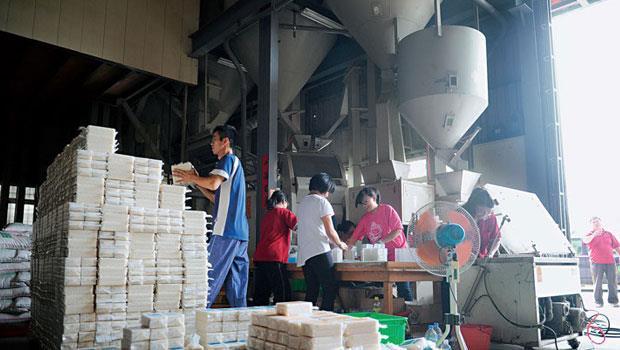 台中烏日的米加工廠正忙著包裝益全香米,準備出口迎戰雙十一,但沒想到1萬盒米,最後只賣了不到4千盒。
