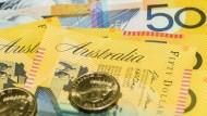澳幣跌到金融風暴以來低點...想去澳洲玩可考慮分批買澳幣,但不要買澳幣保單