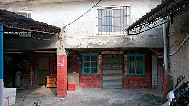 蔡英文父親老家隱身在楓港菜市場巷內,現已無人居住,裡面還擺著早年她奶奶搗米的木器,而在巷口轉角,則有指引路標。