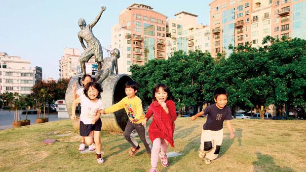 從前買房子看區段、看學區;現在,住家附近擁有如台中雕塑公園般的公共「幸福場所」,更保值