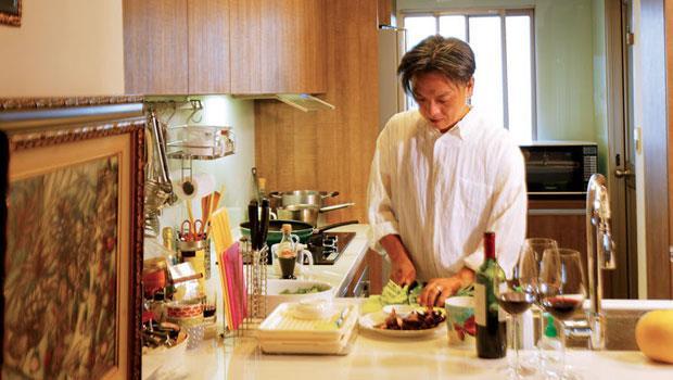 與設計案半年起跳的長時間相比,做菜是陳岳夫嚮往的短時間可完成的事。做菜過程中要大量運用視覺、觸覺、聽覺,相當紓壓。