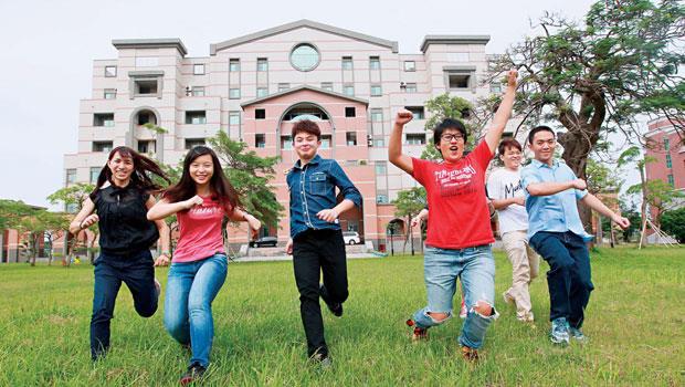 中信金重整面臨倒閉的興國管理學院,學生成為中信打亞洲盃需要的人力資源。