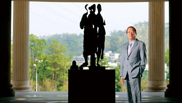 站在他一手打造,亞洲大學校園內阿曼雕塑旁的蔡長海,手筆大、心思細。他一方面砸重金打造校園建築,一方面斤斤計較醫院成本開銷;一方面耐心對待名師、顯要,一方面對屬下極重效率,事事做到極致。