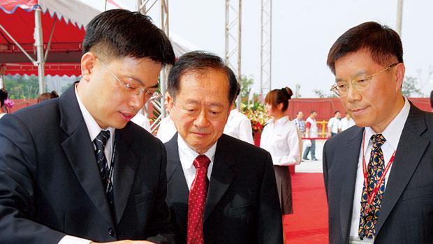 王英郎(左1)主管的南科14廠,負責量產台積電目前最先進製程,是「啃蘋果」的重要基地。