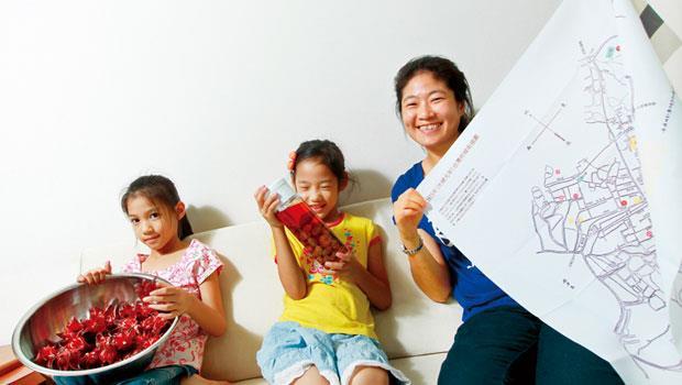 陳友倫(右)很感謝台南帶給她豐富的物質和精神生活,特別是開啟了她製作各項手作美食的天賦。