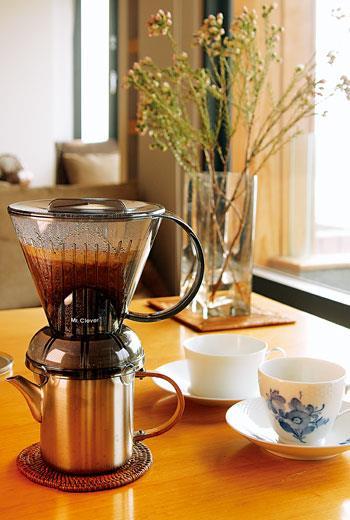 茶器之外,近幾年在咖啡道具上也時見佳作。鋒頭最健者莫過於「聰明濾杯」:幾乎不須任何講究與技巧,溫杯後放上濾紙和咖啡粉,注入熱水浸泡片刻,透過特殊裝置,自會濾出一杯連咖啡狂人也無從挑剔的好咖啡。有趣的是